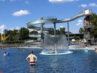 Westbad-Erlebnisbecken-Wasserrutsche-Wasserpilz-Foto